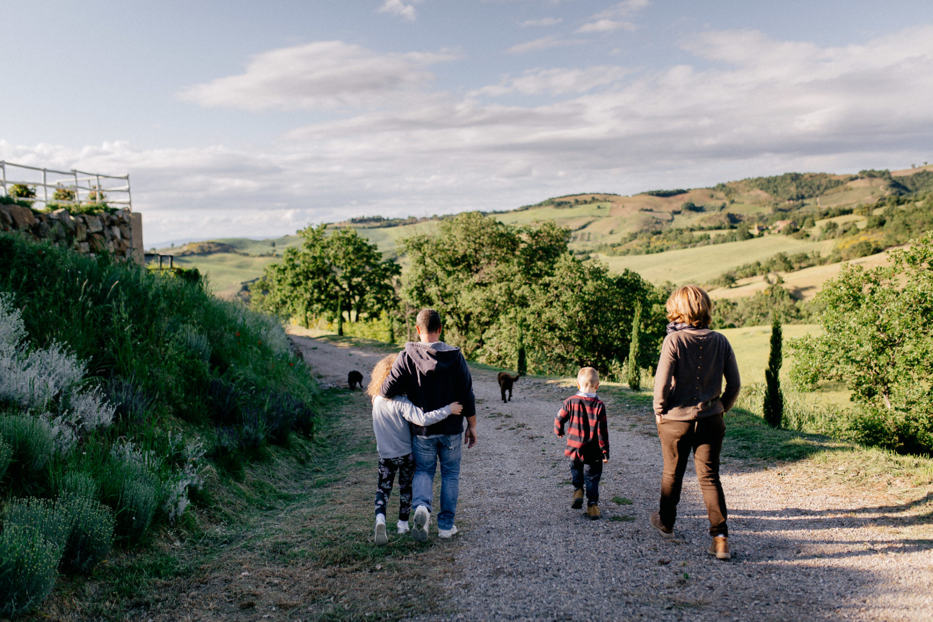 family photos holiday tuscany-dimora santa margherita-intimate portrait-family photographer stuttgart-labrador family dog children