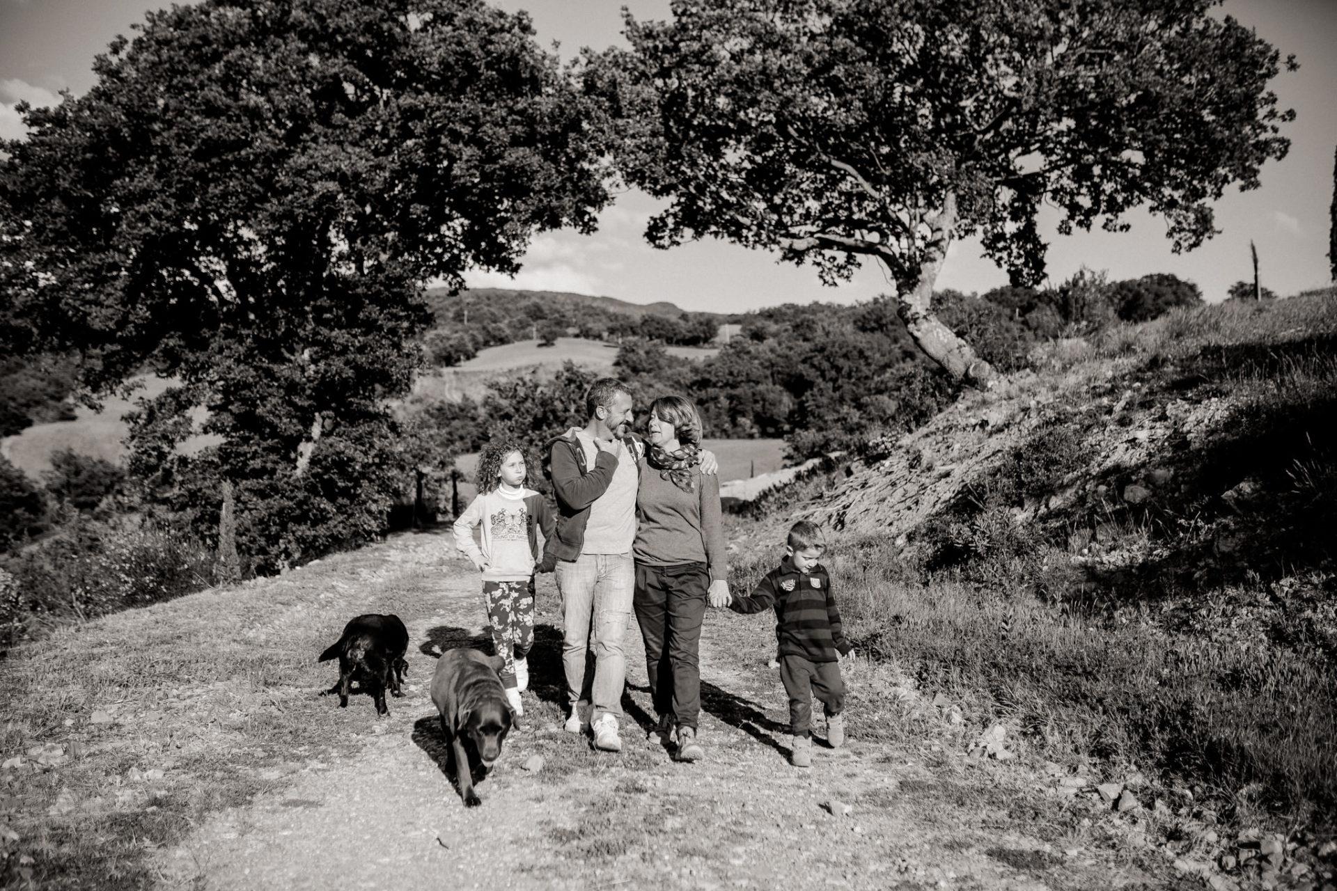 family photos holiday tuscany-dimora santa margherita-intimate portrait-family photographer stuttgart-labrador play time