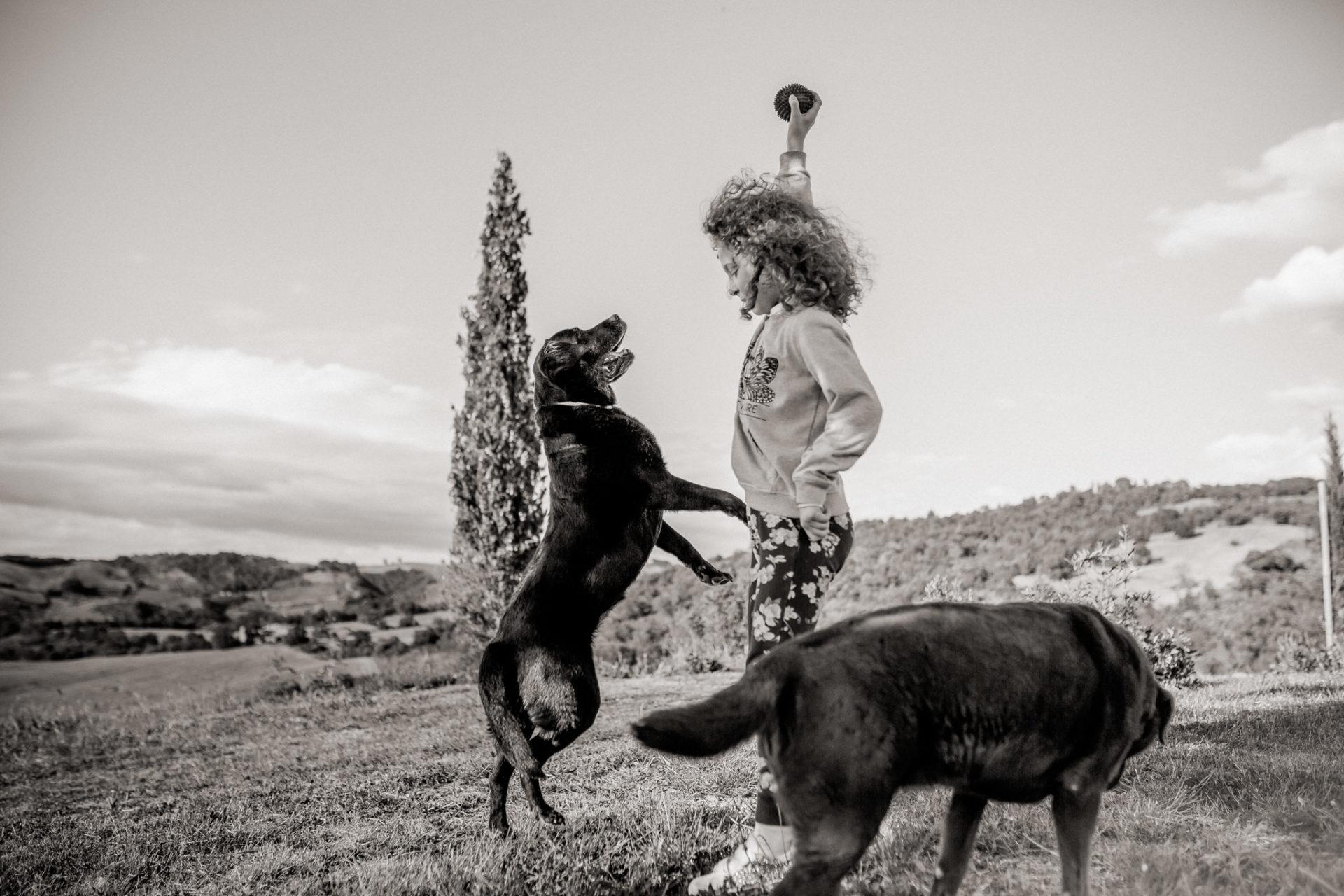 family photos holiday tuscany-intimate natural family portrait-dimora santa margherita-travel italy-family photographer stuttgart-labrador
