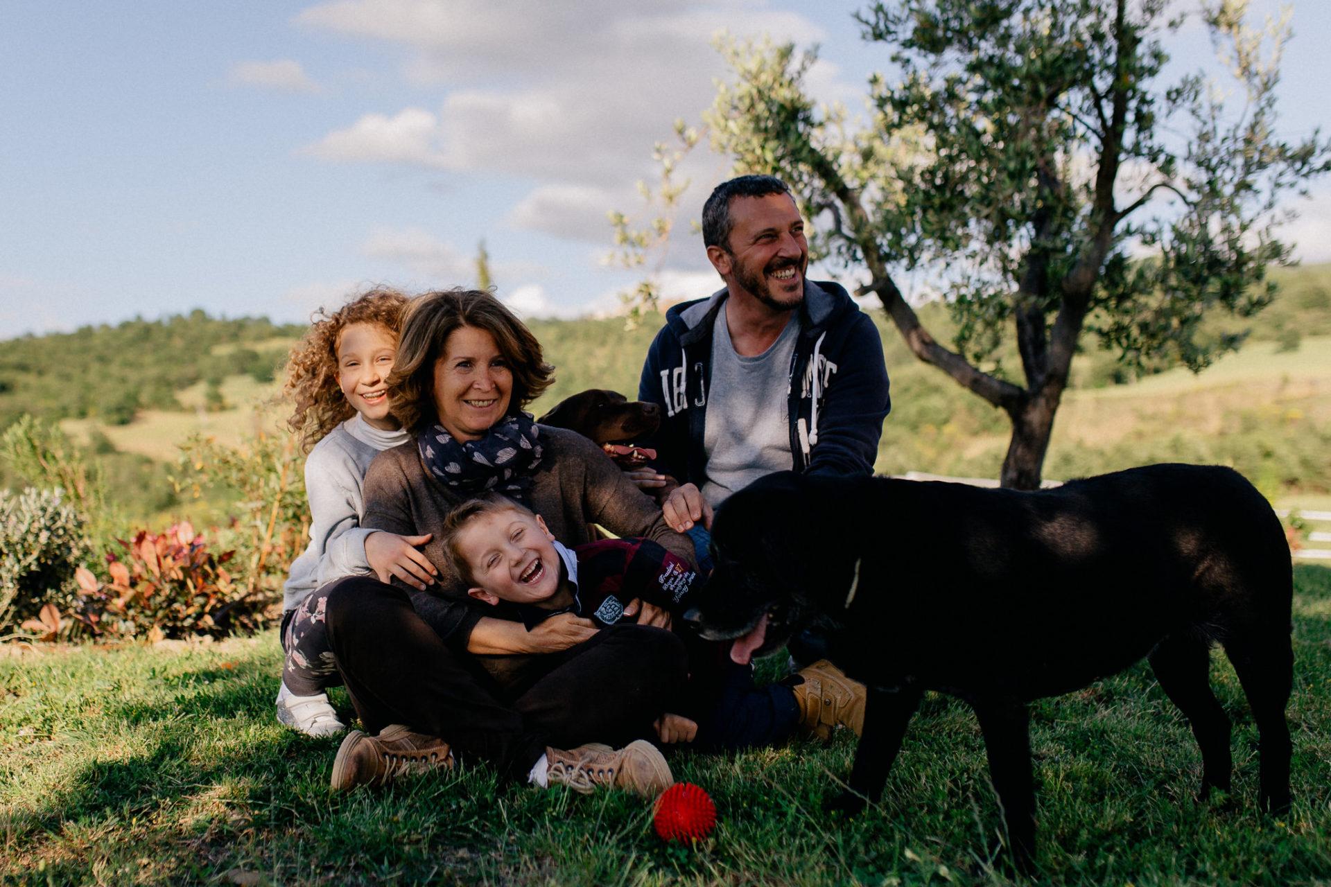 family photos holiday tuscany-intimate natural family portrait-dimora santa margherita-travel italy-family photographer stuttgart