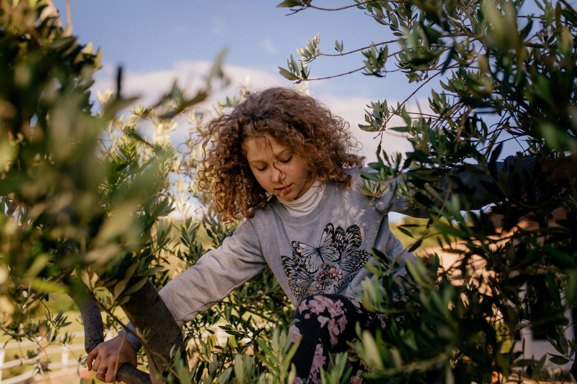 family photos holiday tuscany-girls portrait-dimora santa margherita-travel italy-family photographer stuttgart