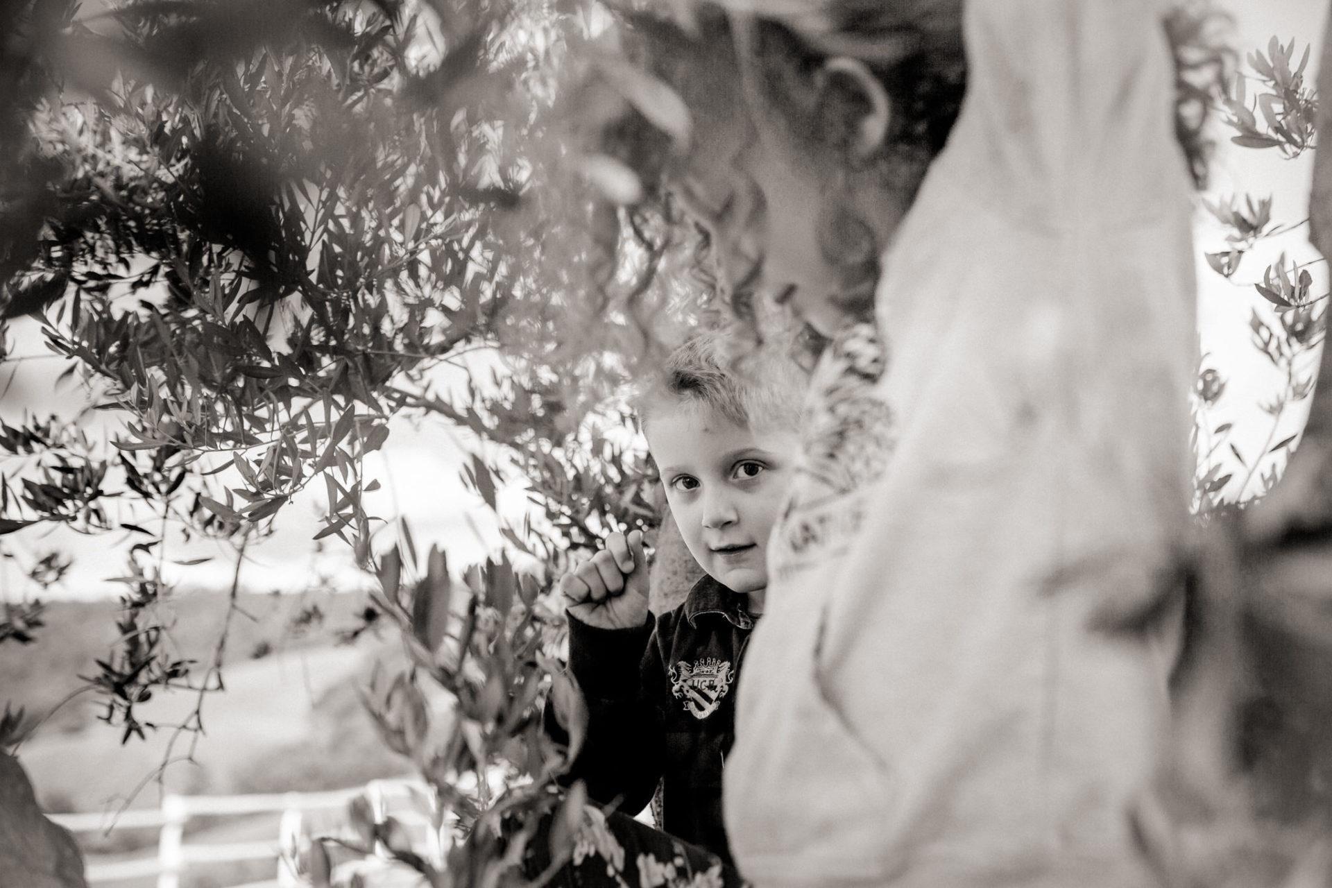 family photos holiday tuscany-siblings portrait-dimora santa margherita-travel italy-family photographer stuttgart