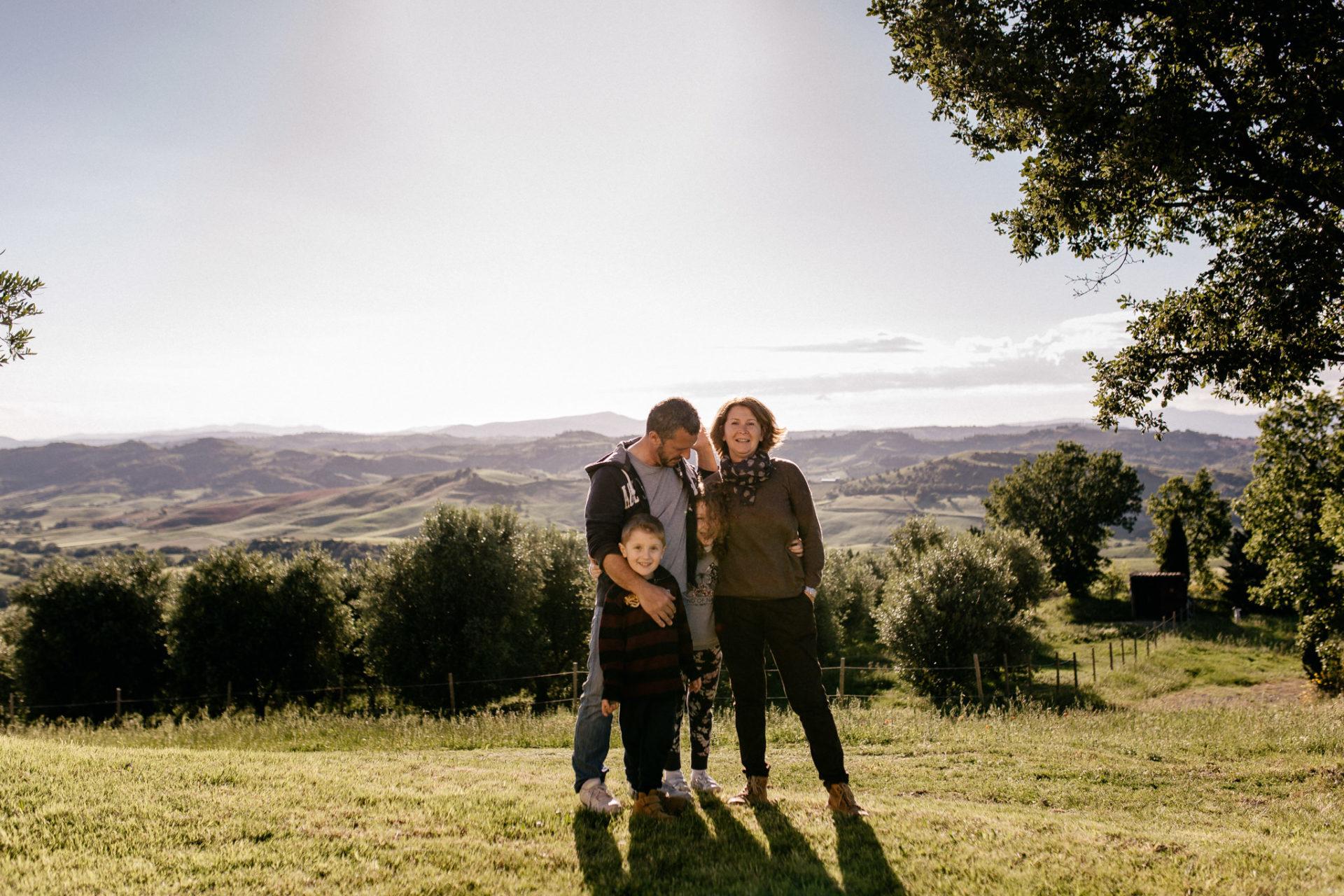 family photos holiday tuscany-intimate family portrait-dimora santa margherita-travel italy-family photographer stuttgart