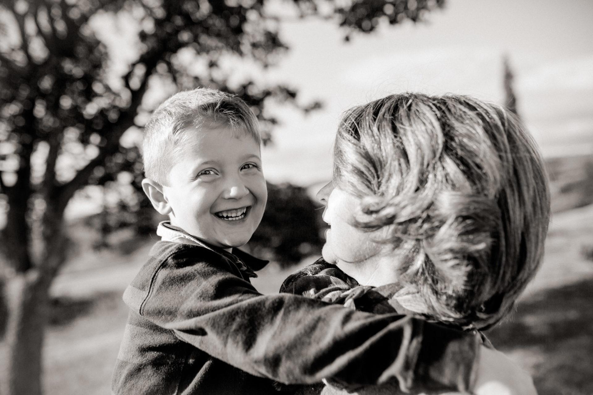 family photos holiday tuscany-mother son portrait-dimora santa margherita-travel italy-family portrait photographer stuttgart