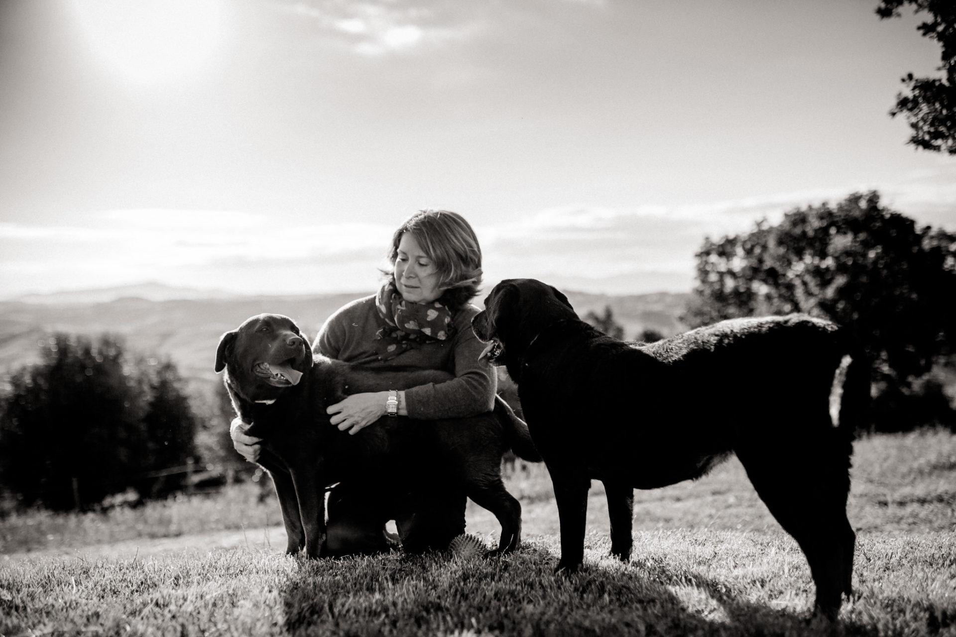 family photos holiday tuscany-labrador family dog-dimora santa margherita-travel italy-family portrait photographer stuttgart