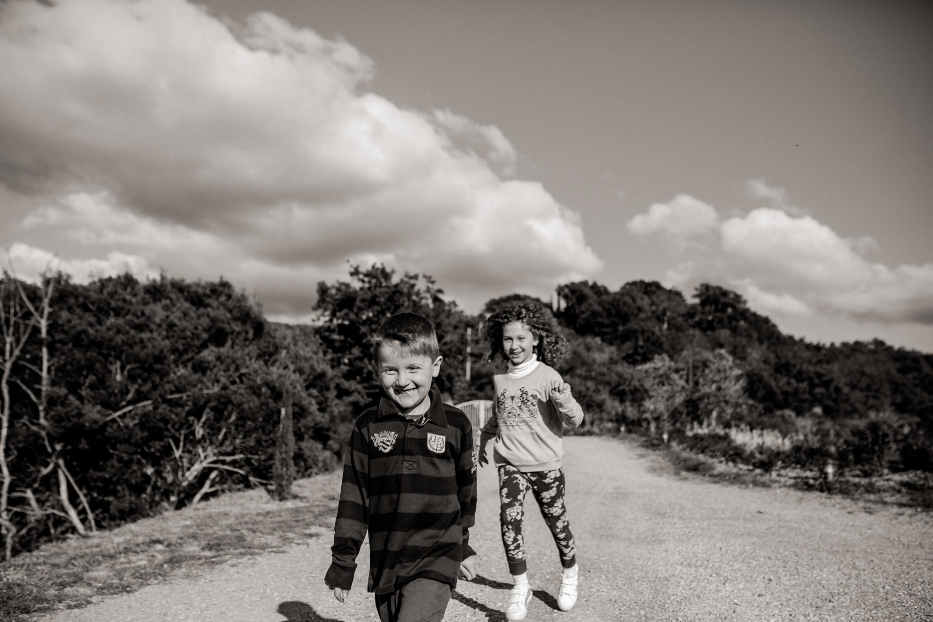 family photos holiday tuscany-dimora santa margherita-intimate portrait-family photographer stuttgart-siblings play together