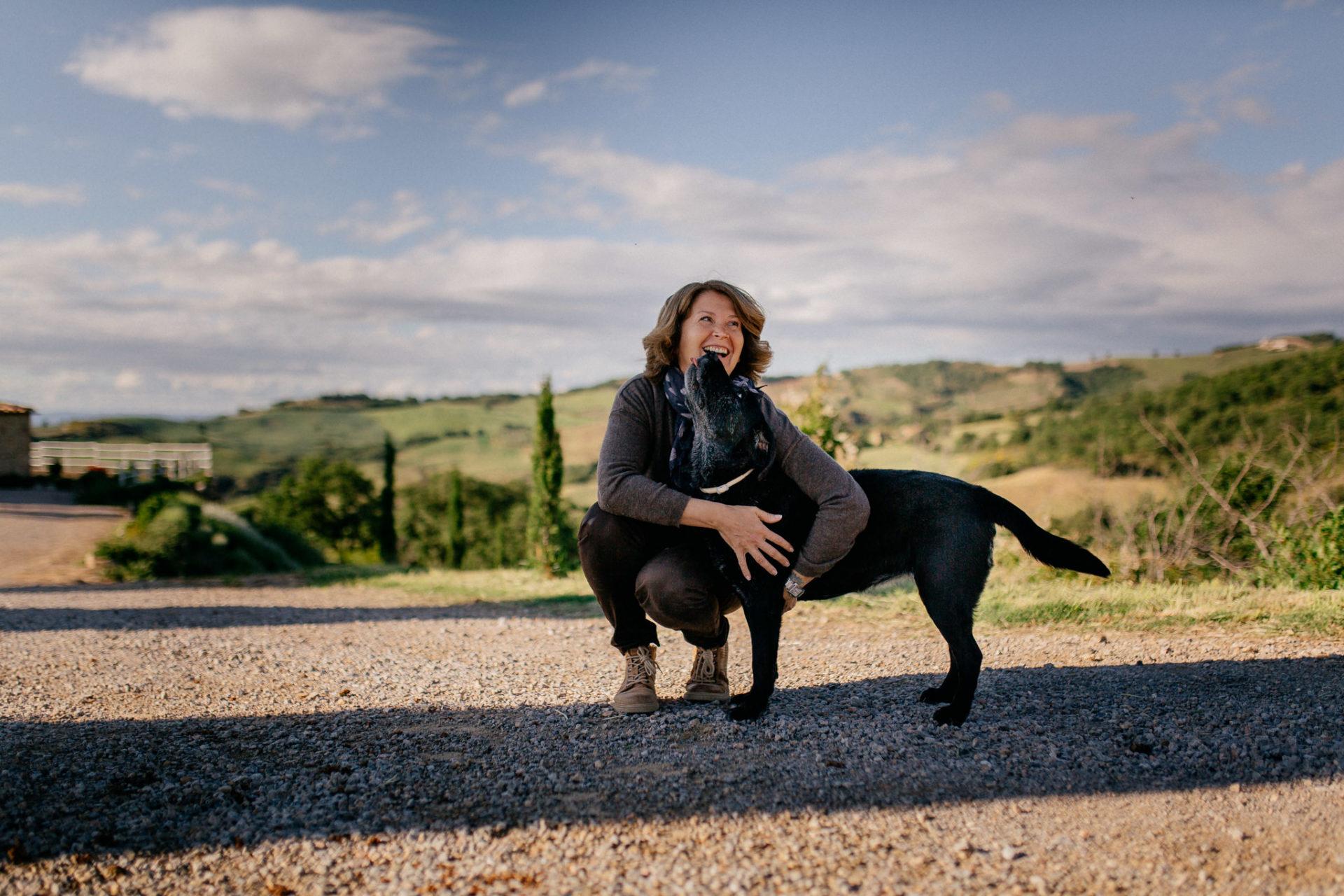 family photos holiday tuscany-dimora santa margherita-intimate portrait-family photographer stuttgart-labrador family dog