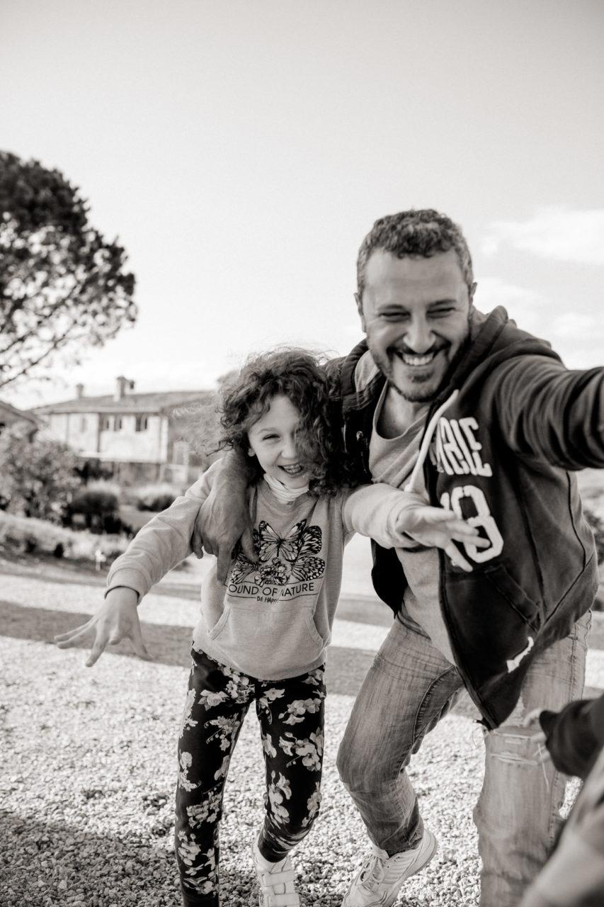 family photos holiday tuscany-dimora santa margherita-intimate portrait-family photographer stuttgart-father daughter love-playtime