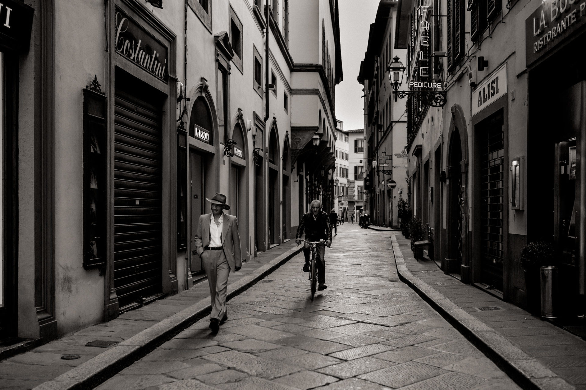 wedding photographer tuscany-italy road trip with dog-explore florence-italian vibes