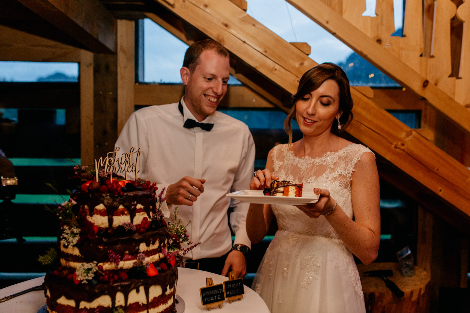 wedding photographer Lech Arlberg-mountainwedding-bouquet throw-cake cutting