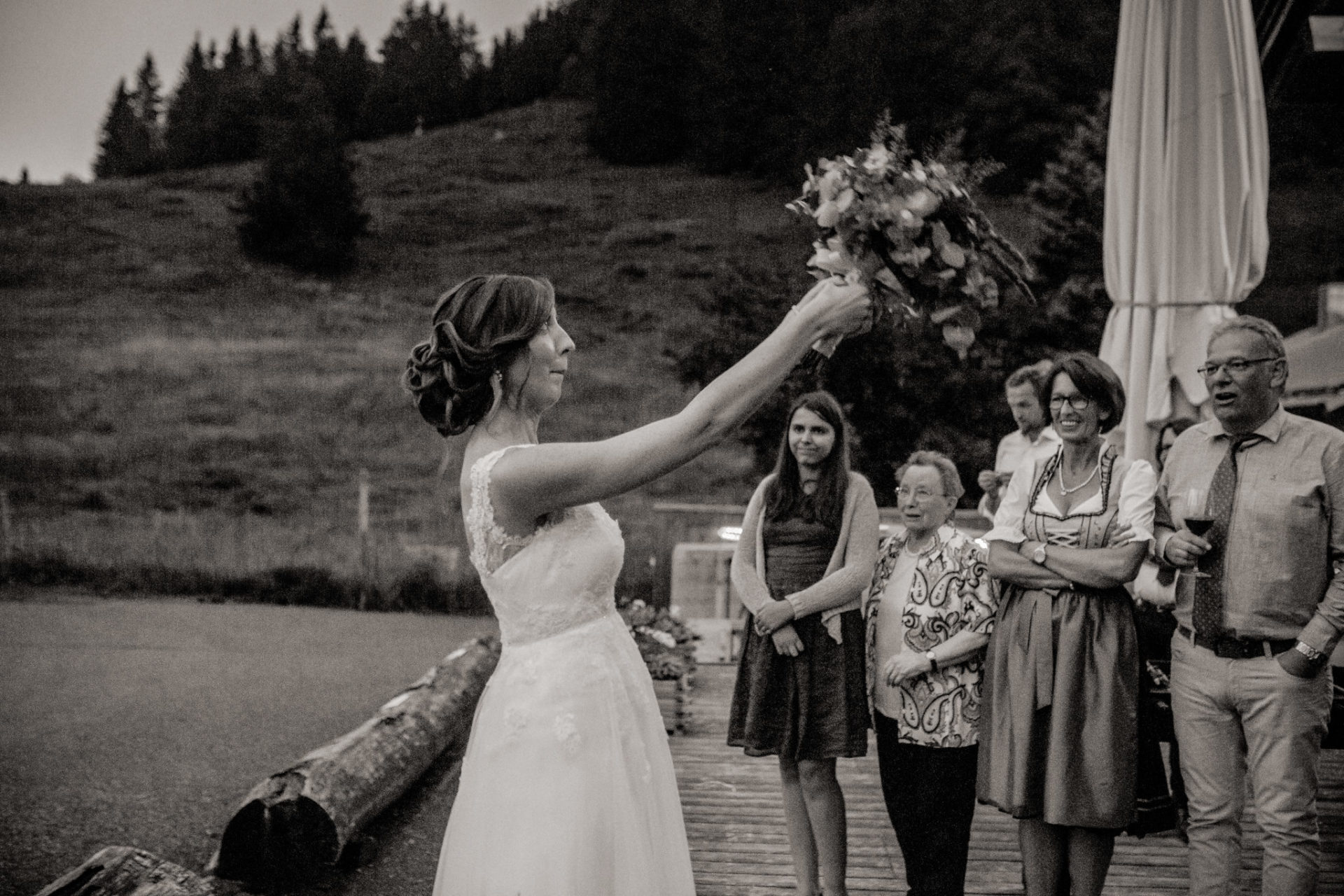 wedding photographer Lech Arlberg-mountainwedding-bouquet throw
