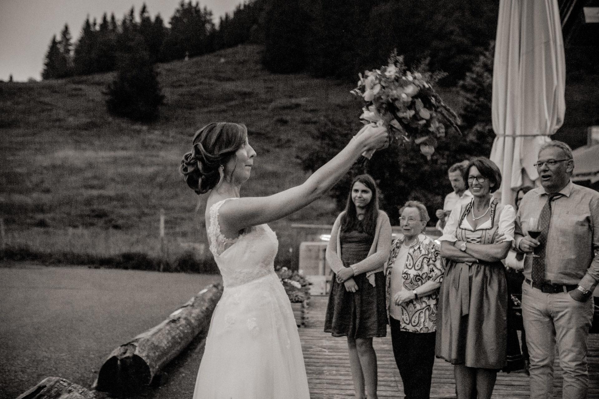 wedding photographer Lech Arlberg-mountainwedding-bouquet throw