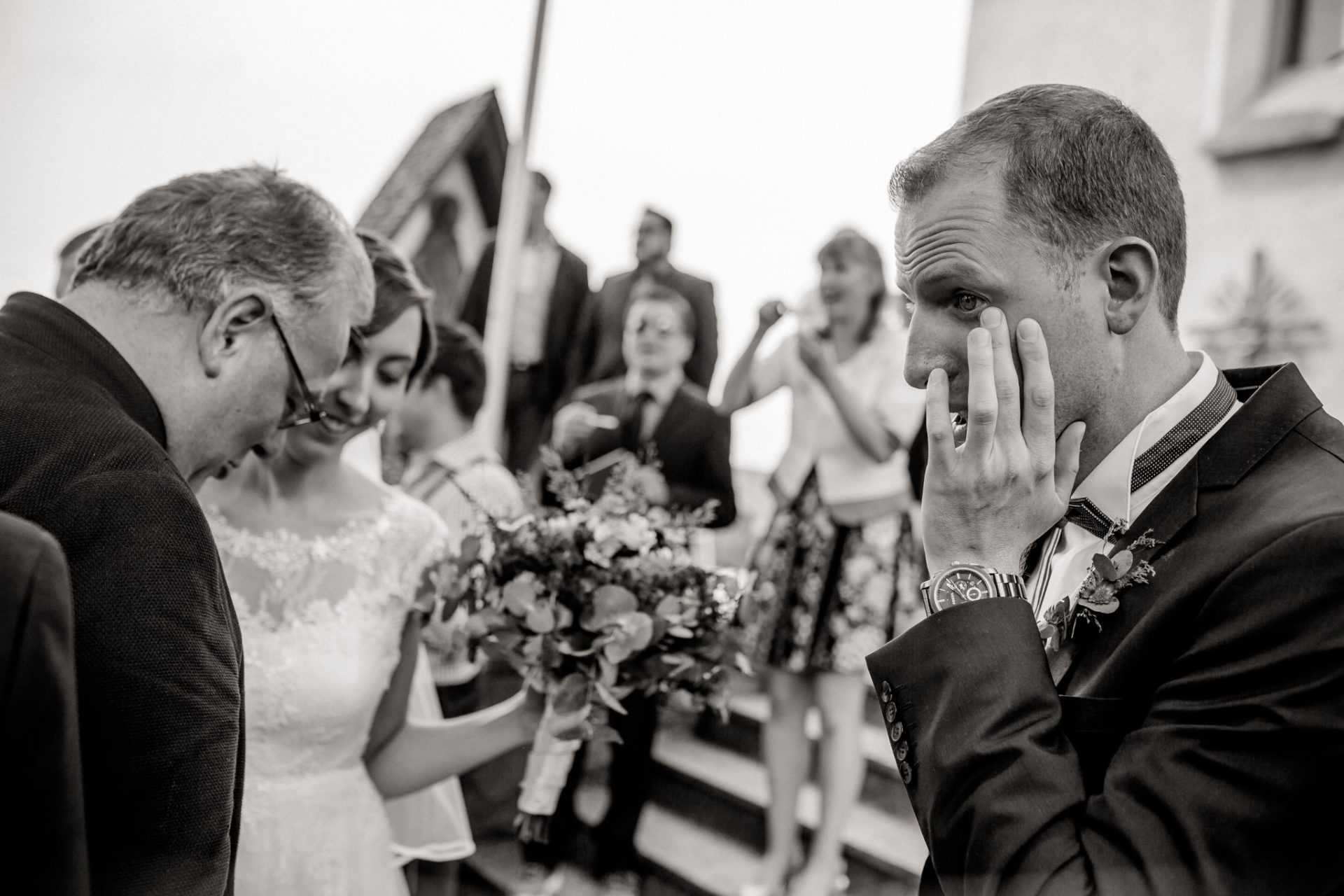 wedding photographer Lech Arlberg-mountainwedding-groom crying