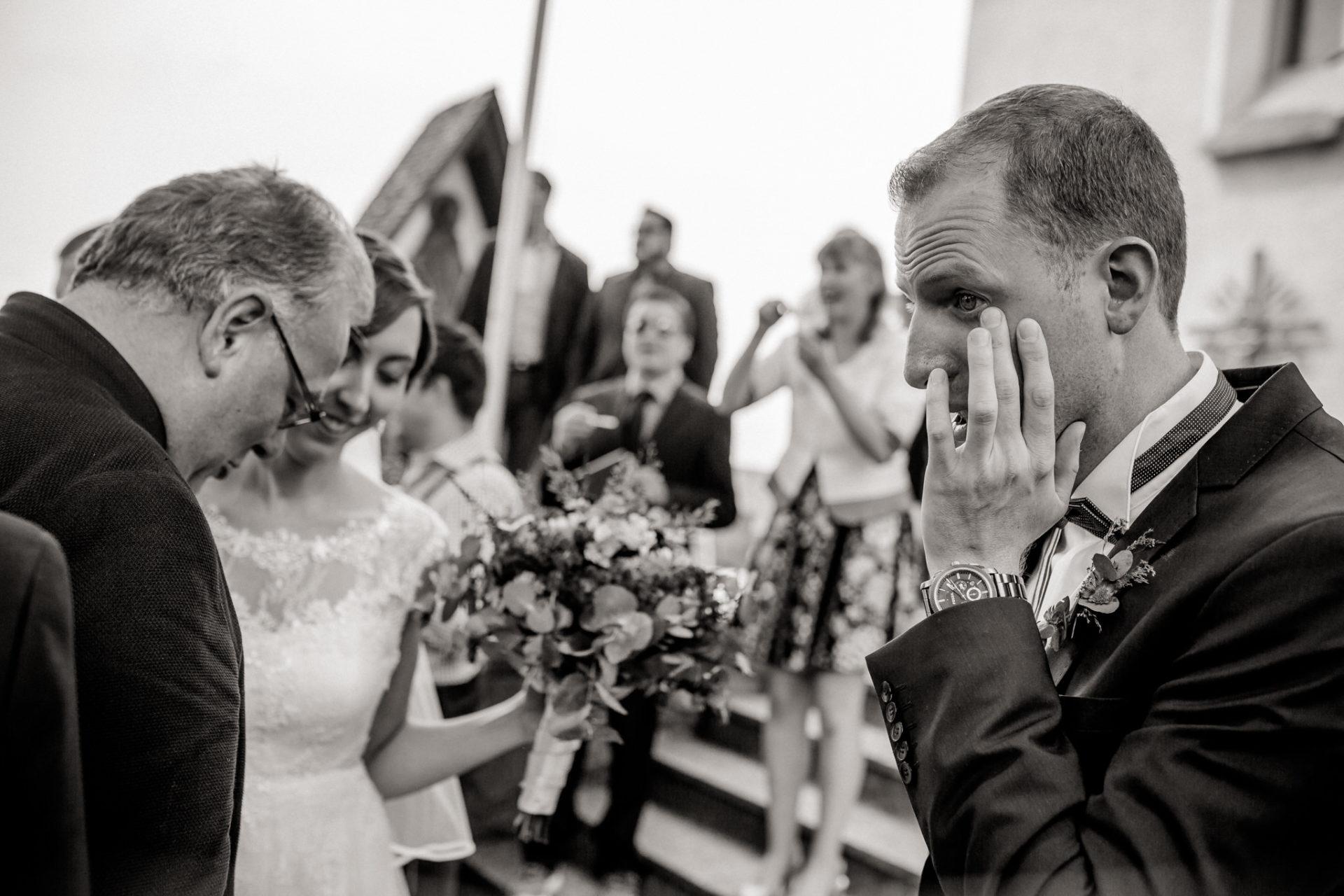 wedding photographer Lech Arlberg-mountainwedding-groom crying