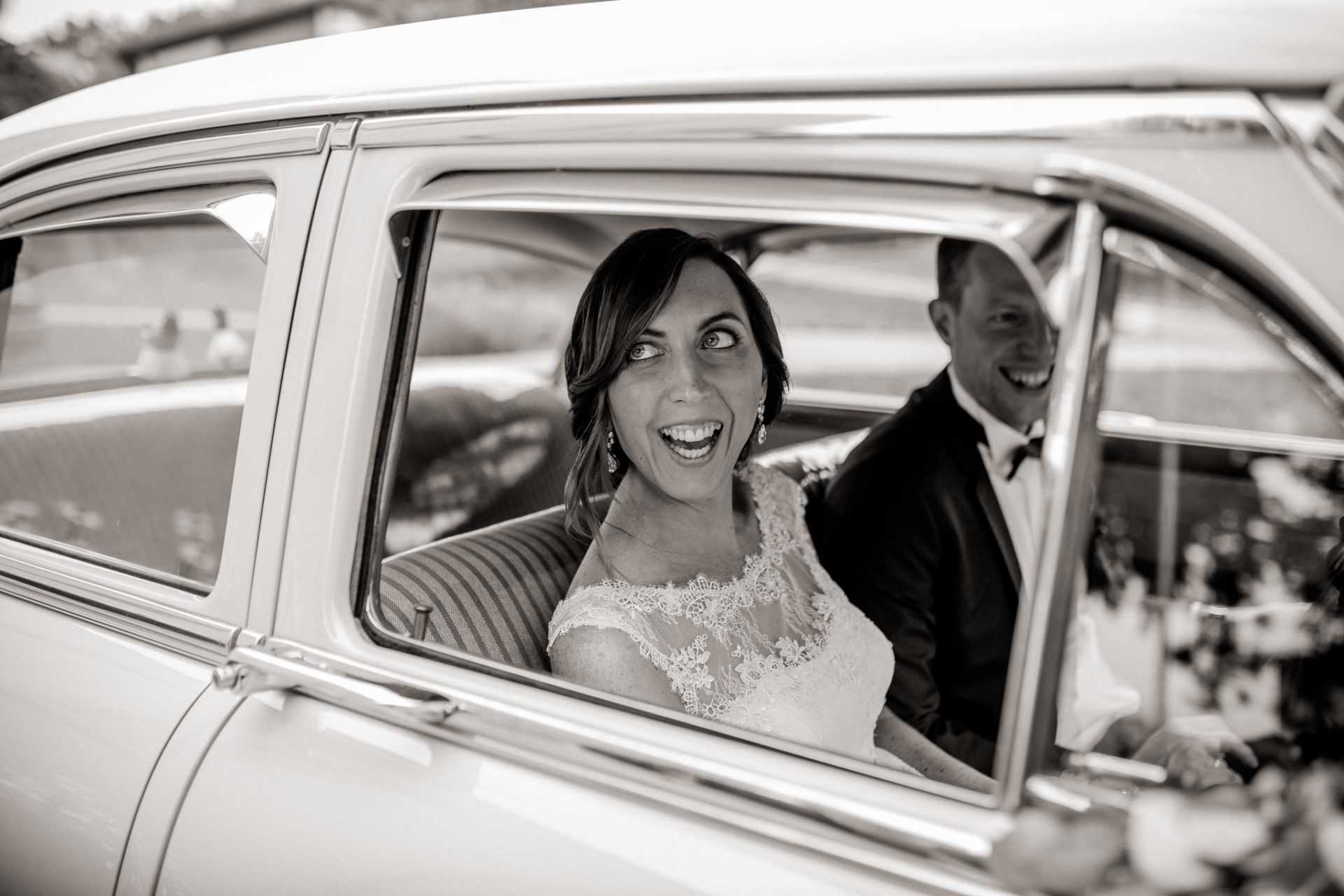 wedding photographer Lech Arlberg-mountainwedding-bride groom portraits in oldtimer