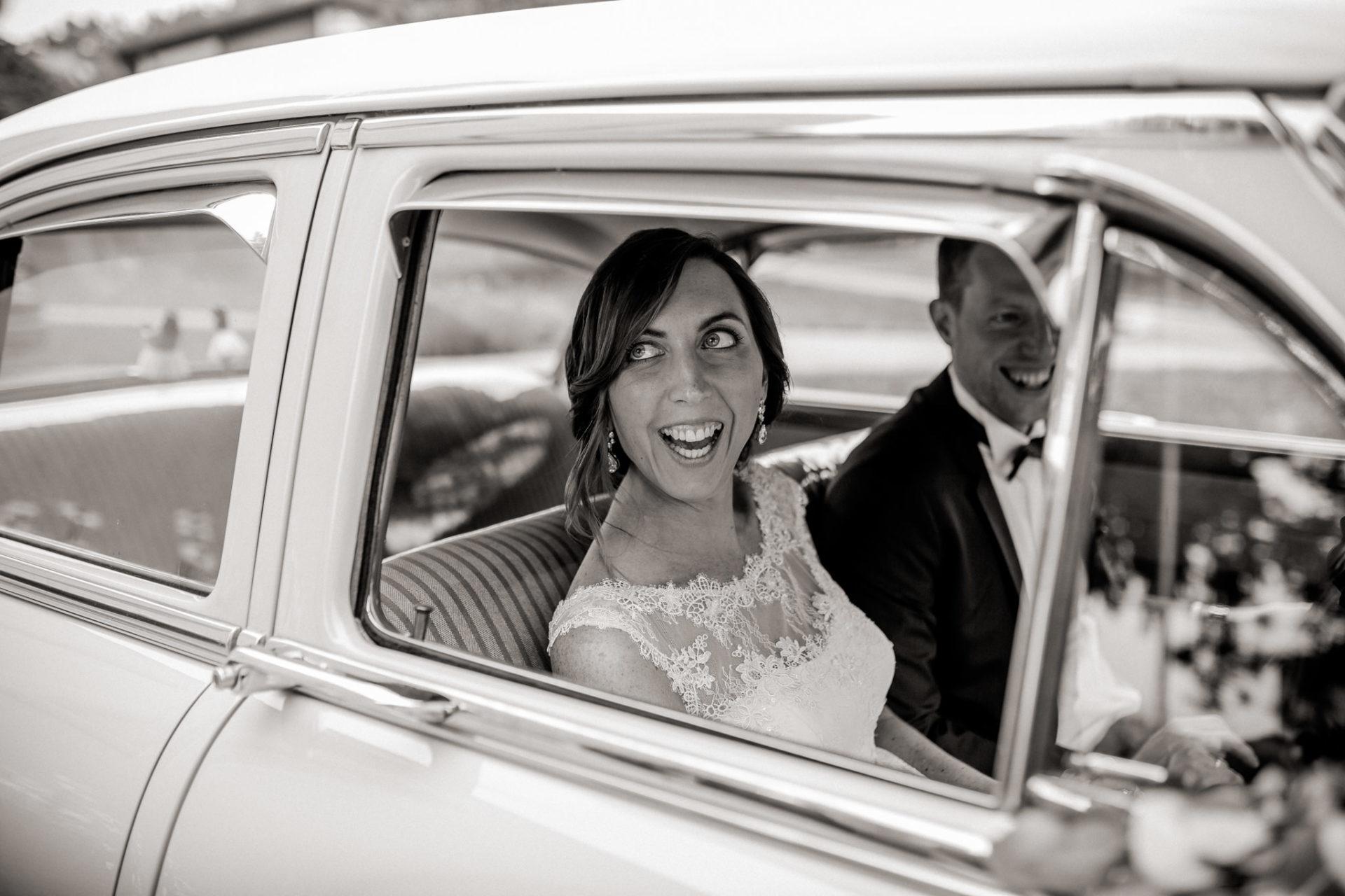 wedding photographer Lech Arlberg-mountainwedding-bride groom portraits in oldtimer