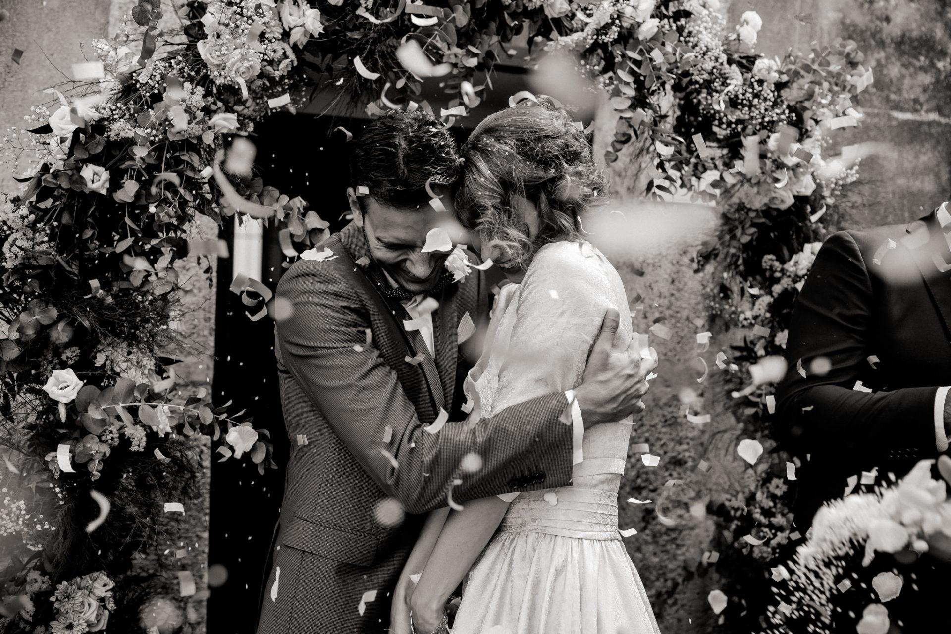 wedding photographer amalfi coast-italy wedding Paestum-confetty throw