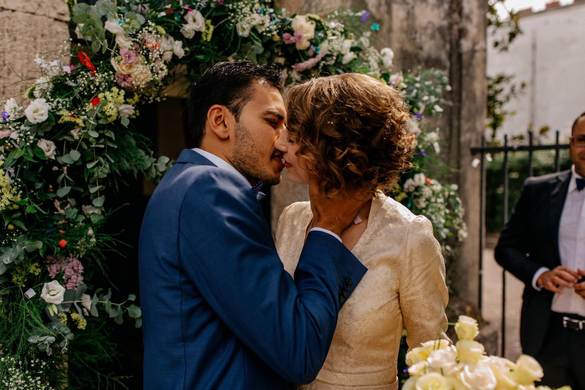 wedding photographer amalfi coast-italy wedding Paestum-first kiss