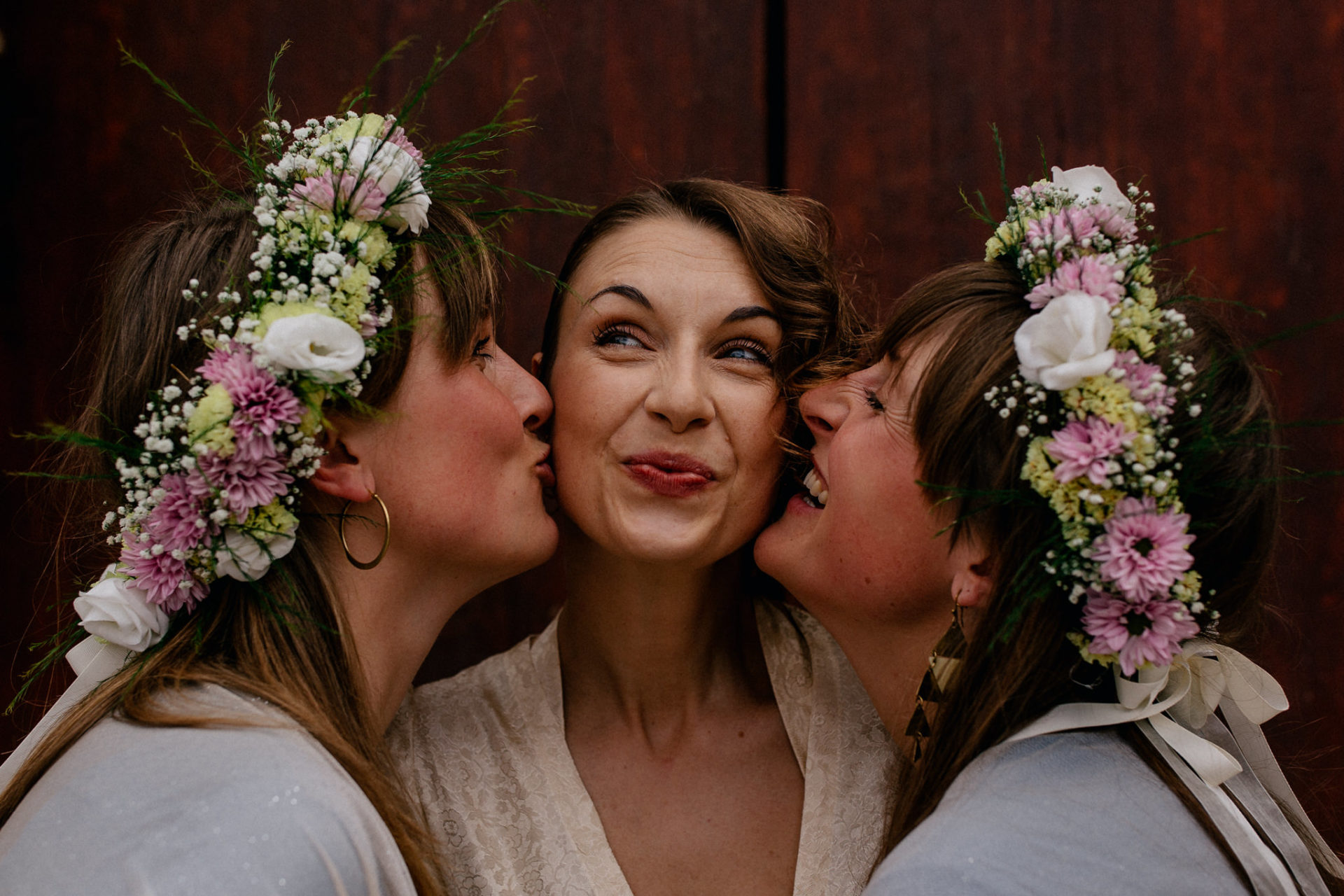 wedding photographer amalfi coast-italy wedding Paestum-bride and bridesmaids twins