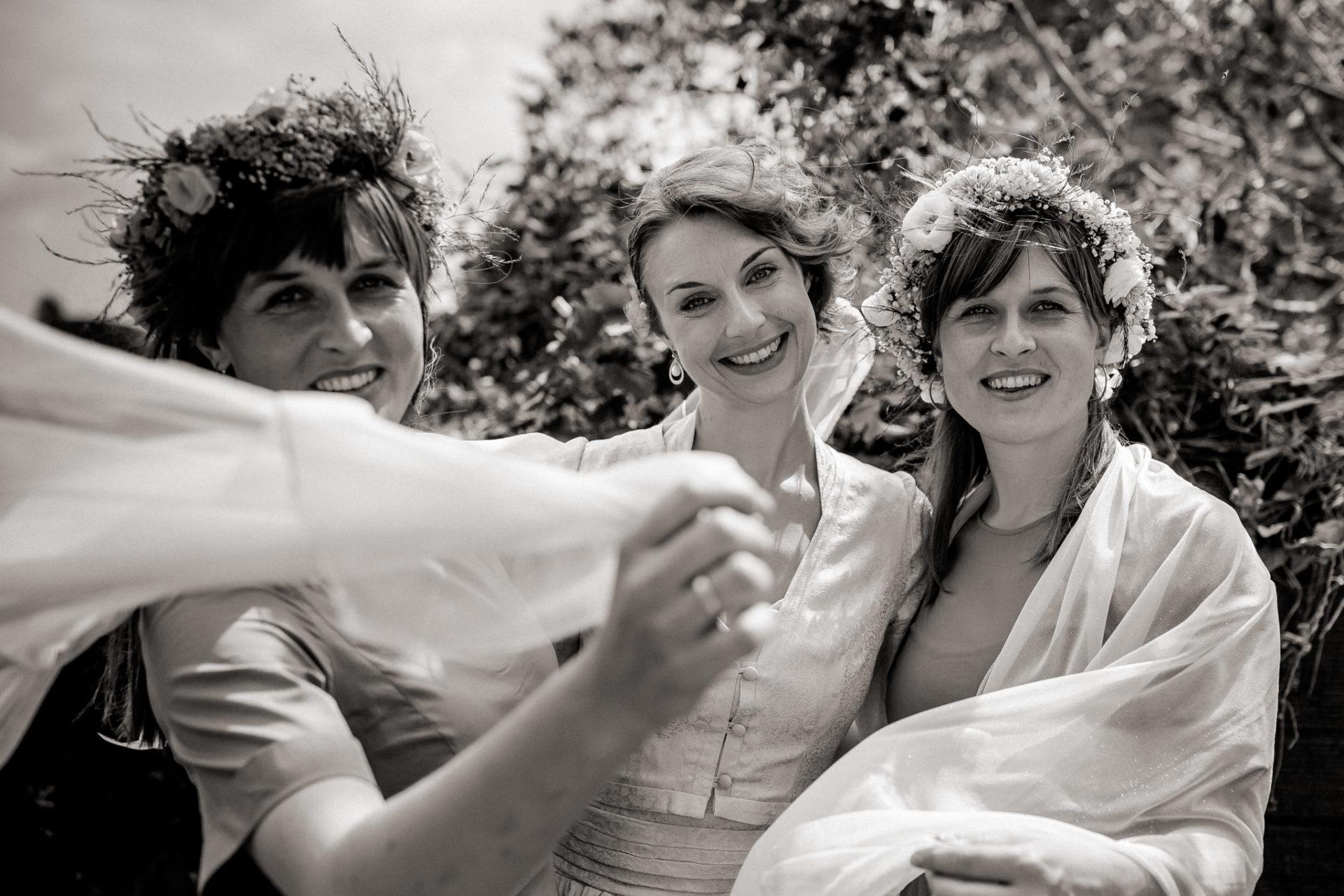 wedding photographer amalfi coast-italy wedding Paestum-bride bridesmaids