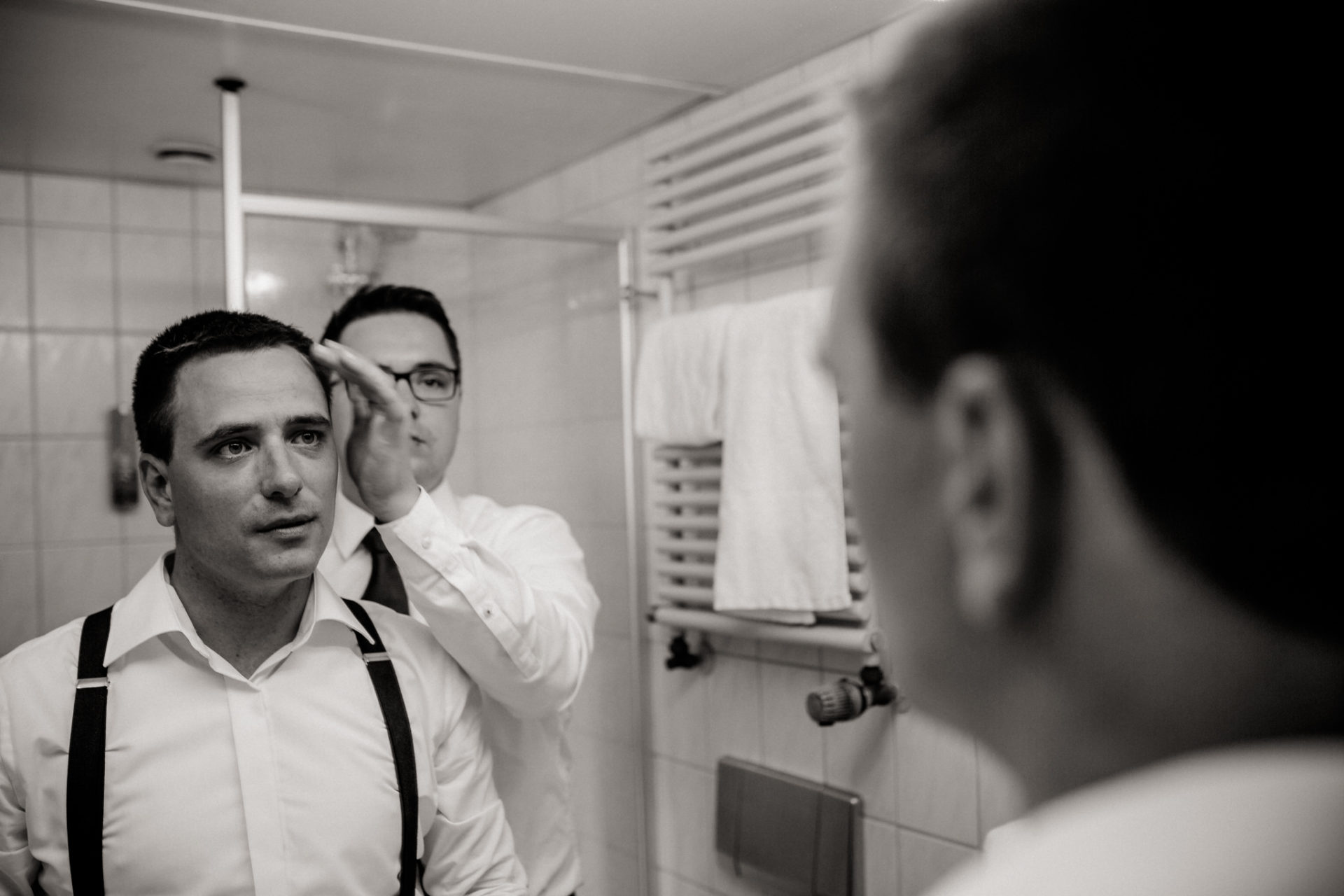 stuttgart wedding photographer-Castle Wedding Germany-Blackforest marriage-schloss heinsheim groom and best man getting ready