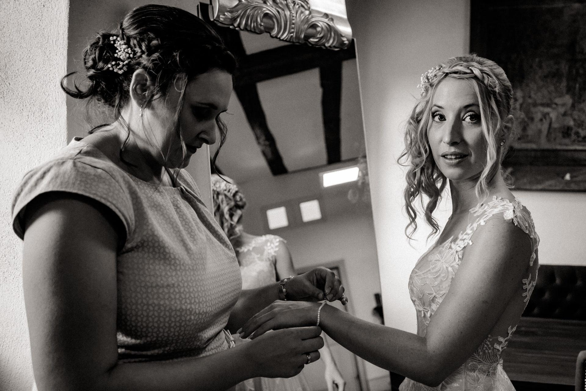wedding photographer suttgart-reception water castle Erkenbrechtshausen Crailsheim-Bride Getting ready