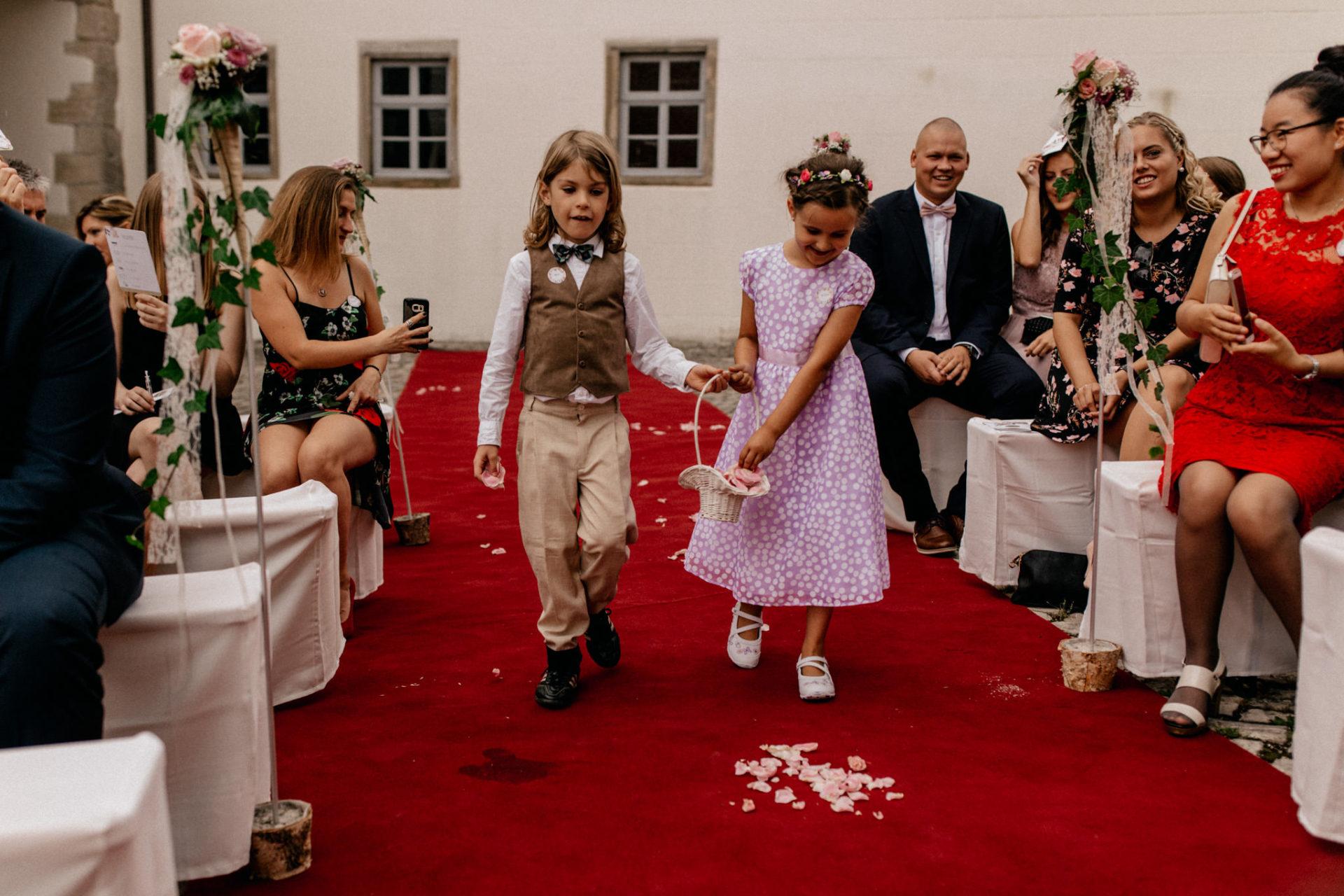 wedding photographer suttgart-reception water castle Erkenbrechtshausen Crailsheim-wedding ceremony outdoor summer rain-flower girl