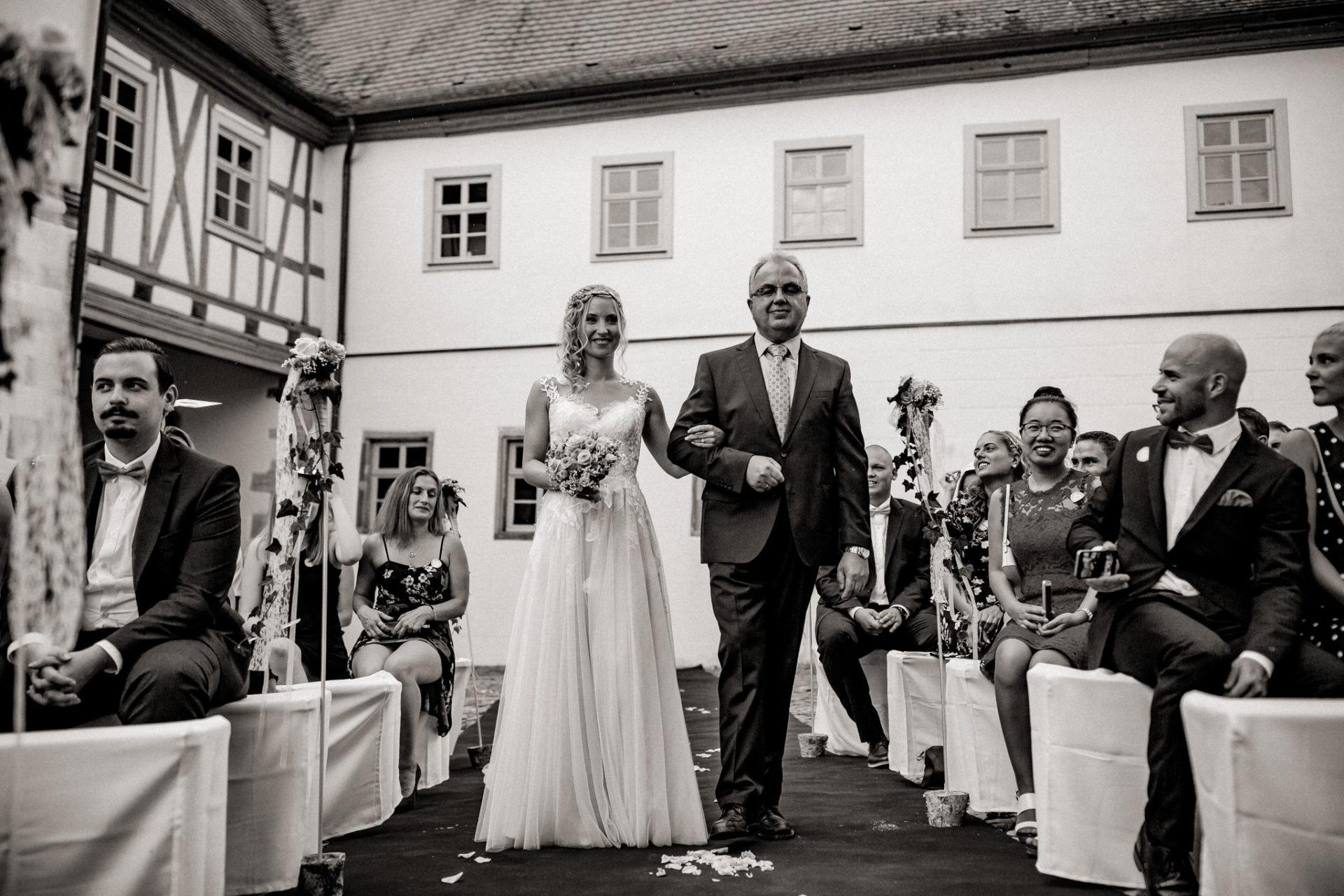 wedding photographer suttgart-reception water castle Erkenbrechtshausen Crailsheim-wedding ceremony outdoor summer rain