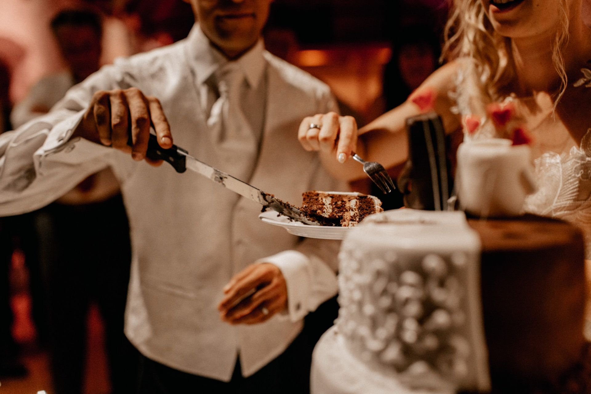 wedding photographer suttgart-reception water castle Erkenbrechtshausen Crailsheim-party-cake cutting